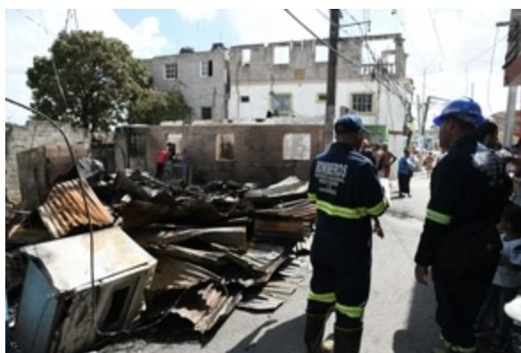 Fuego destruye cuatro casas