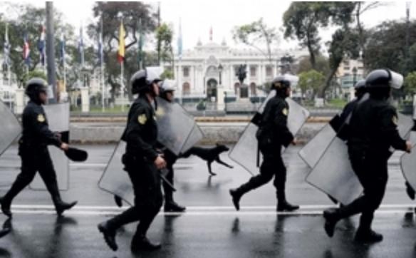 Perú queda sumido en la incertidumbre tras el choque de poderes