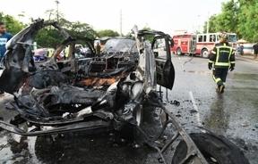 Vehículo se incendia en la avenida Máximo Gómez