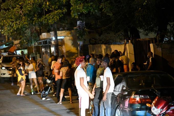 Así se arman las fiestas callejeras en horarios de toque de queda
