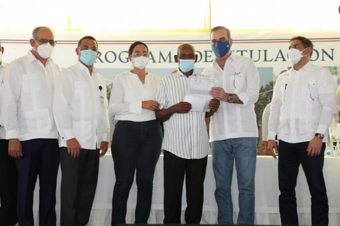 Abinader entrega títulos y viviendas en Azua y Baní