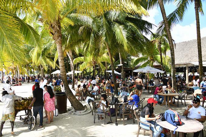 Miles «botan el golpe» sin mascarillas ni distanciamiento en playas y plazas