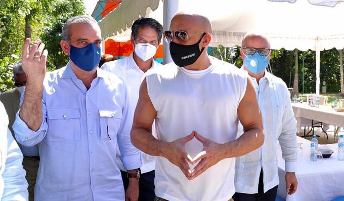 La presencia de Vin Diesel en camiseta sin mangas al lado del presidente da de qué hablar en las redes