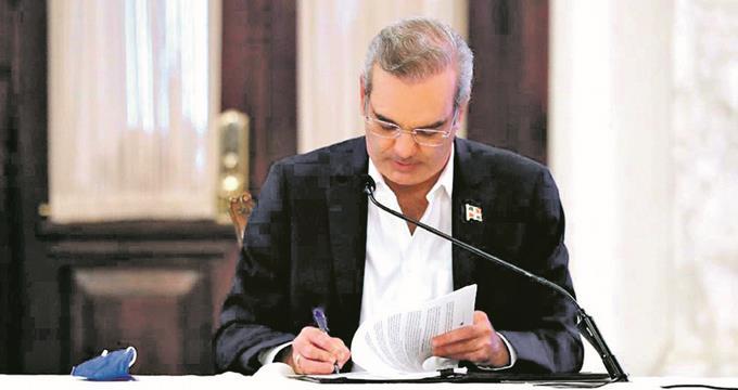 Abinader amplía regulaciones para las contrataciones públicas