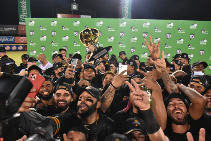 Águilas Cibaeñas levantan el trofeo por ocasión número 22