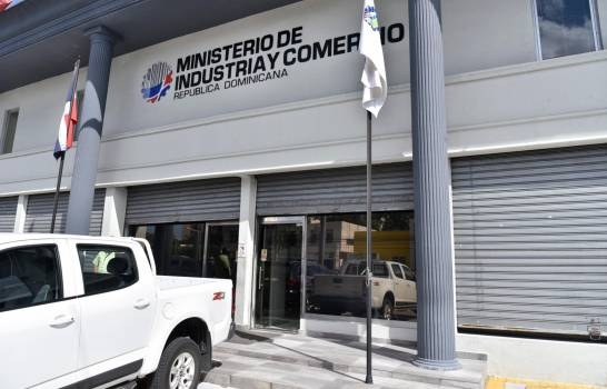 """Cancelan en el Ministerio de Industria y Comercio 4,500 """"botellas"""" en cinco meses"""